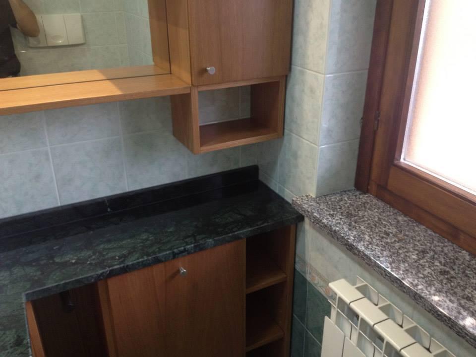 Bagno rovere con piano in marmo verde guatemala wood for Wood design milano
