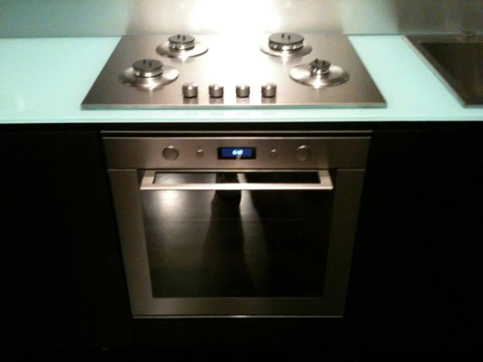 Cucina push weng con piano in cristallo wood design milano for Wood design milano