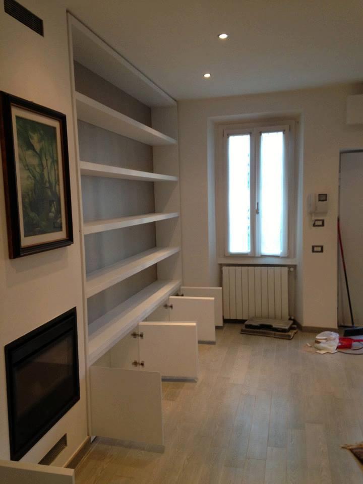Libreria laccata bianco e laminato tessuto wood design for Wood design milano